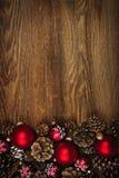 Hölzerner Hintergrund mit Weihnachtsverzierungen Stockfotografie