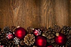 Hölzerner Hintergrund mit Weihnachtsverzierungen Stockfotos