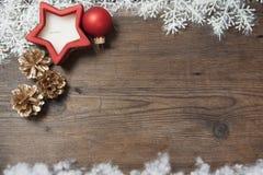 Hölzerner Hintergrund mit Winter Schnee und Weihnachtsdekorationen an Stockbild