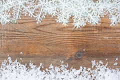 Hölzerner Hintergrund mit Winterschnee auf der Grenze und dem copyspace Stockbilder