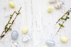Hölzerner Hintergrund Ostern mit bunten Eiern Stockbilder