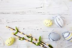 Hölzerner Hintergrund Ostern mit bunten Eiern Stockbild
