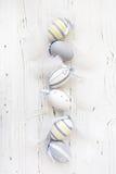 Hölzerner Hintergrund Ostern mit bunten Eiern Lizenzfreie Stockfotografie