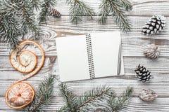 Hölzerner Hintergrund weiß Winterkarte Grüne Tannenzweige mandarine Abbildung innen Grußbuchstabe mit Weihnachten oder neuem Jahr Stockfoto