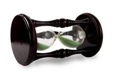 Hölzerner Hour-glass mit grünem Sand. Stockfotografie