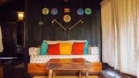Hölzerner Innenraum eines Baum Hauses mit der Stammes- Kunst dekorativ auf der Wand lizenzfreie stockfotografie