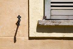 Hölzerner Jalousiebeton Jerago-Fensters Lizenzfreies Stockbild