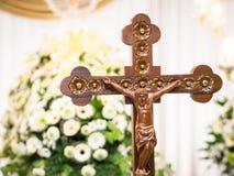 Hölzerner Jesus Christ auf Kreuz mit Blumen-Hintergrund Lizenzfreies Stockbild