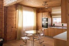 Hölzerner Kücheninnenraum lizenzfreie stockfotos
