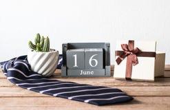 hölzerner Kalender der Weinlese für den 16. Juni mit Krawatte, Geschenk, Kaktus Zufall Lizenzfreie Stockfotos