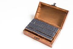 Hölzerner Kasten enthalten Stempel des englischen Alphabetes und der Zahl Lizenzfreie Stockfotografie