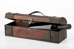 Hölzerner Kasten mit einem Rotwein Bot lizenzfreie stockfotografie