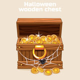 Hölzerner Kasten mit Münzen auf Halloween Lizenzfreie Stockfotos