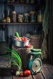 Hölzerner Keller der Weinlese mit frischen Kräutern und Gemüse lizenzfreie stockfotografie