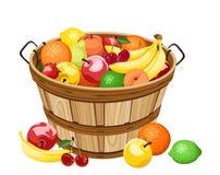 Hölzerner Korb mit verschiedenen Früchten. Lizenzfreies Stockbild