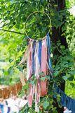 Hölzerner Kreis mit bunten Bändern als Dekoration auf dem Baum stockbild