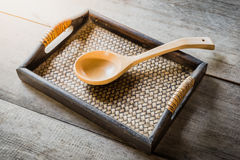 Hölzerner Löffel auf chinesischer Bambus gesponnenem Behälter Stockfotos