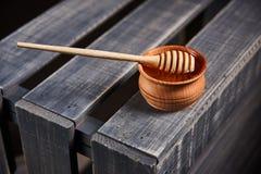 Hölzerner Löffel für Honig Stockfotos
