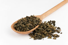 Hölzerner Löffel mit grünem Tee Lizenzfreies Stockfoto