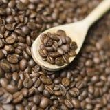 Hölzerner Löffel und Kaffee Stockfotos