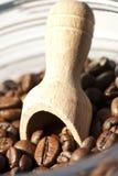 Hölzerner Löffel und Kaffeebohnen Lizenzfreie Stockbilder