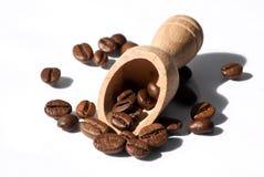 Hölzerner Löffel und Kaffeebohnen Lizenzfreies Stockfoto