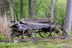 Hölzerner Lastwagen der Weinlese, der auseinander fällt lizenzfreie stockfotos