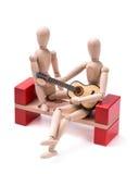 Hölzerner Mann, der Gitarre spielt Stockbilder