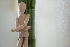 Hölzerner Mann, der zu Hause steht und auf Baum sich lehnt Lizenzfreies Stockfoto