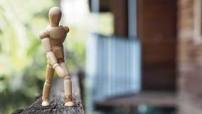 Hölzerner Mannwegstand auf Holz Lizenzfreie Stockfotografie