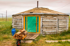 Hölzerner Mongolian Ger u. Brennholz lizenzfreie stockfotografie