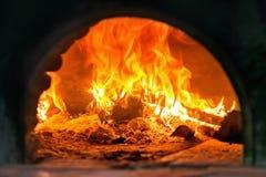 Hölzerner Ofen der traditionellen italienischen Pizza, Feuerdetail Stockbild