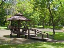 Hölzerner Pavillion auf Sumpf Stockbild