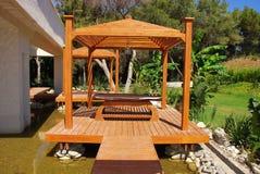 Hölzerner Pavillion im tropischen Garten auf Sommerrücksortierung Lizenzfreie Stockfotografie