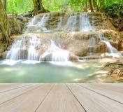 Hölzerner Perspektiven-Boden mit Wasserfall im Wald, damit Relax Gebrauch oben verspottet Stockfotografie