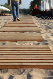 Hölzerner Pfad auf dem Strand. Lizenzfreie Stockfotos
