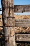 Hölzerner Pfosten auf Bauernhof Lizenzfreies Stockbild