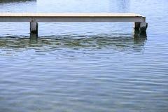 Hölzerner Pier über dem Meer Stockfotos