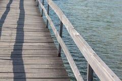 Hölzerner Pier über ruhigem Wasser stockbild