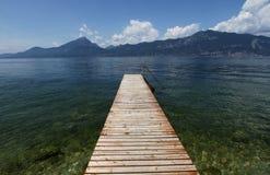 Hölzerner Pier auf dem Garda See Stockfoto