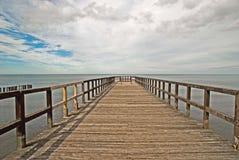 Hölzerner Pier auf dem Meer Stockfotos