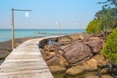 Hölzerner Pier auf dem schönen tropischen Strand in der Insel Koh Kood, Thailand Lizenzfreies Stockfoto