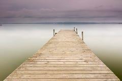 Hölzerner Pier auf dem See Stockfoto