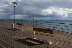 Hölzerner Pier auf dem Strand Stockfotos