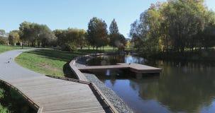 Hölzerner Pier auf dem Teich stock video footage
