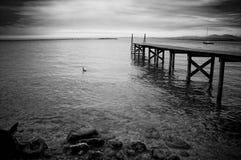 Hölzerner Pier auf einem See Stockfoto