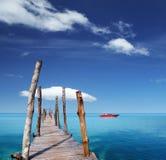 Hölzerner Pier auf einer Tropeninsel stockfotografie
