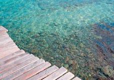 Hölzerner Pier auf Wasser Stockfoto