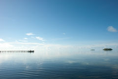 Hölzerner Pier dehnt heraus in einen idyllischen Ozean aus Lizenzfreie Stockbilder
