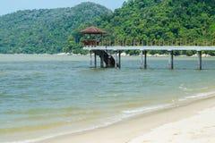 Hölzerner Pier, der in das Meer auf dem Hintergrund des malerischen Hügels ausdehnt Lizenzfreie Stockfotografie